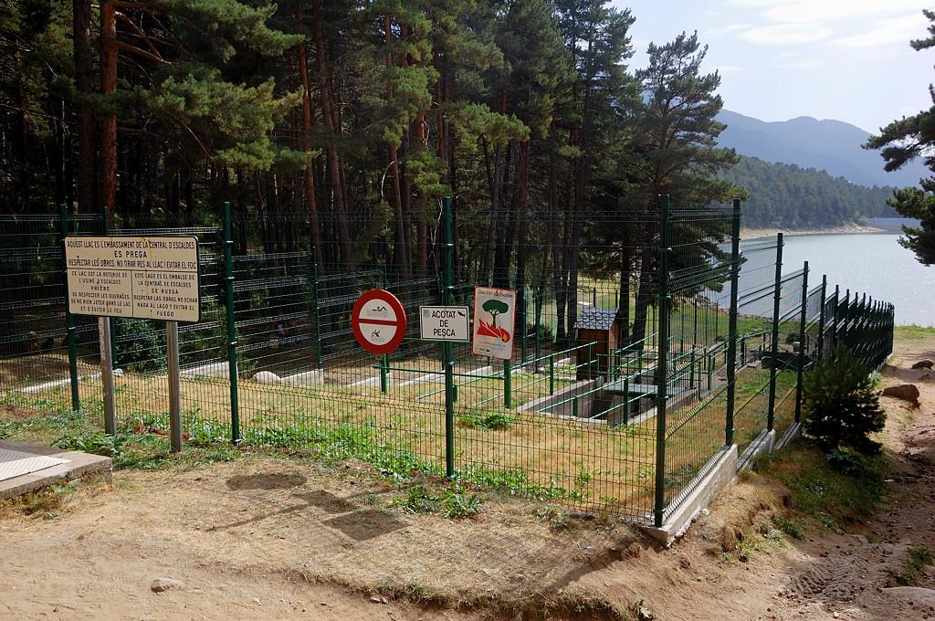 Водосток в озеро забран в трубы