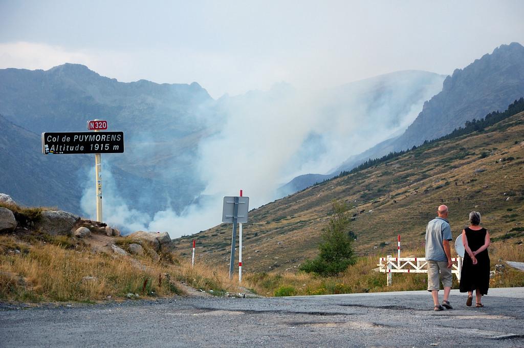 Лесной пожар на горном склоне на юге Франции