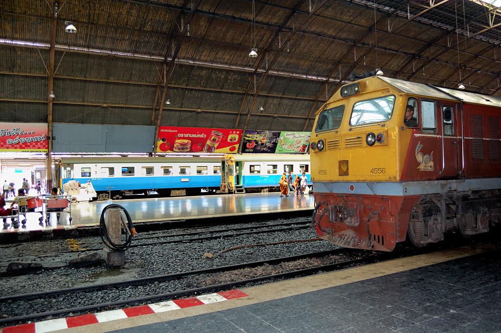 Поезд №36 Баттеруэрт-Бангкок на вокзале Хуалампонг