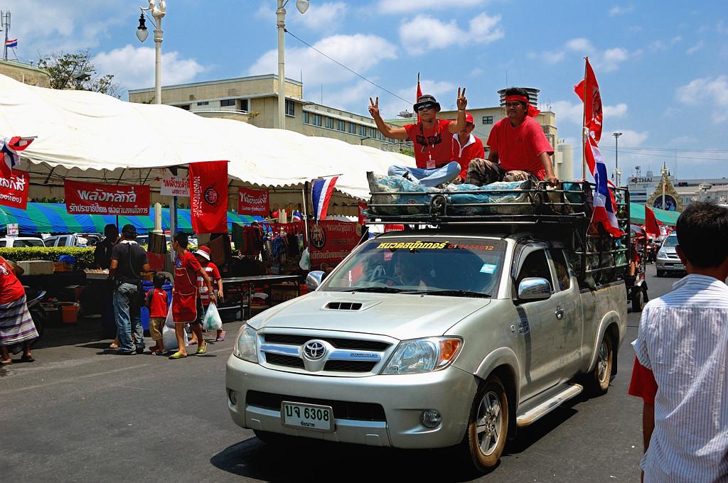 Митингуют оппозиционеры-краснорубашечники