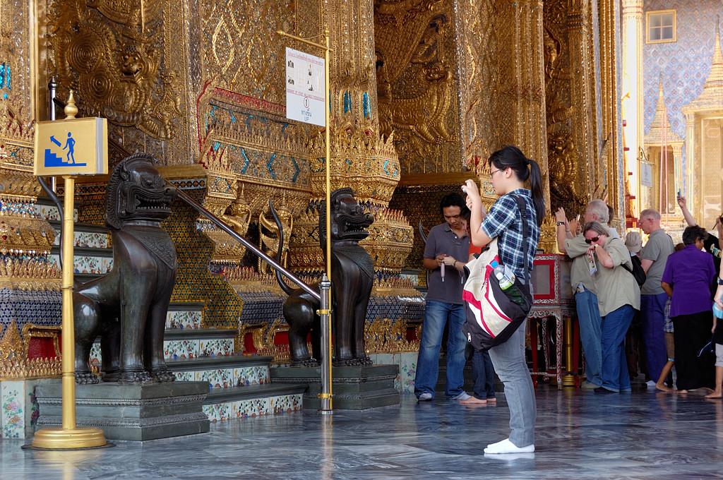 У входа в храм Изумрудного Будды