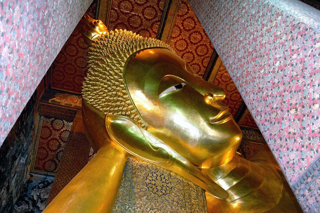 В храме Лежащего Будды