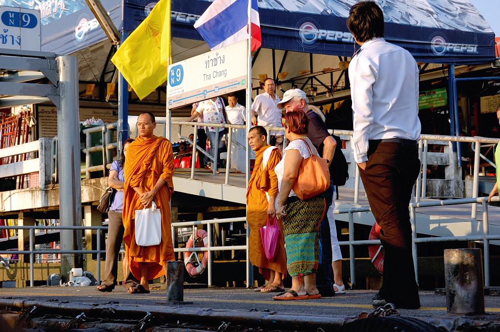 Монахи ждут речного трамвайчика