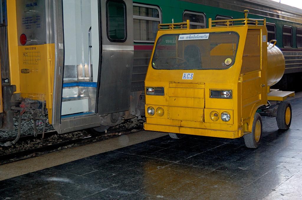 Техника на вокзале Хуалампонг