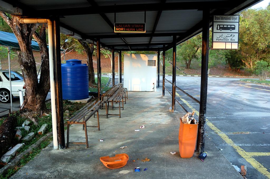 Автобусная остановка у международного аэропорта :)