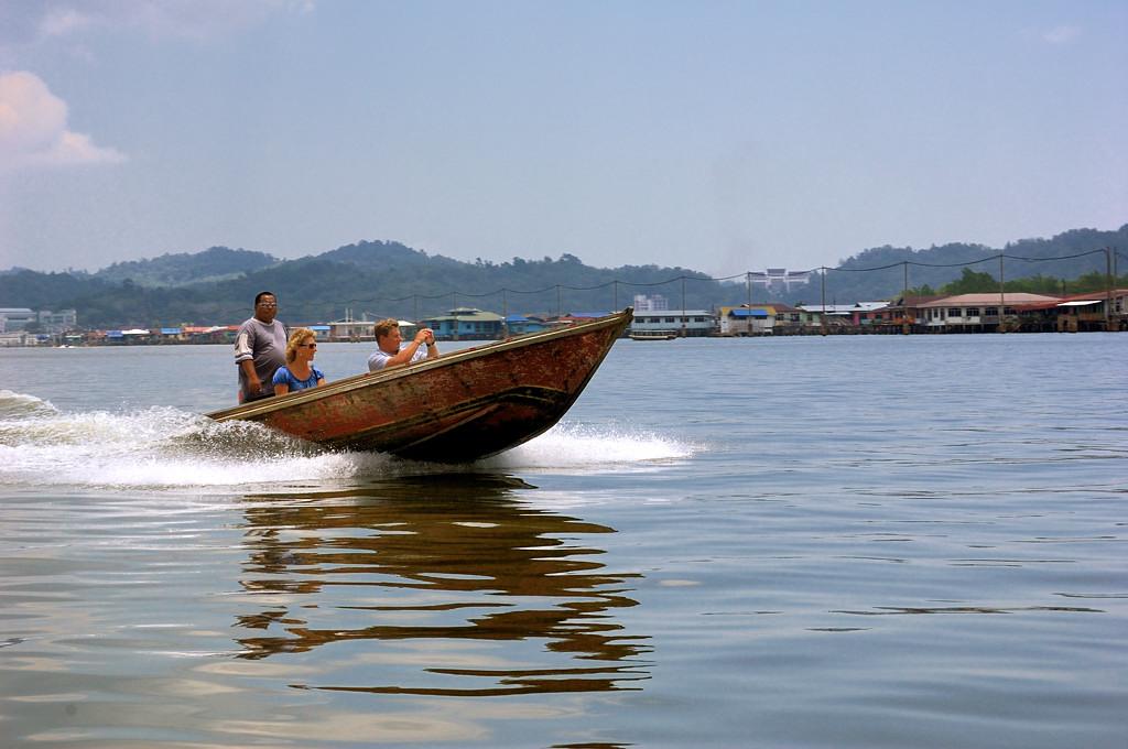 Туристов катают на лодках