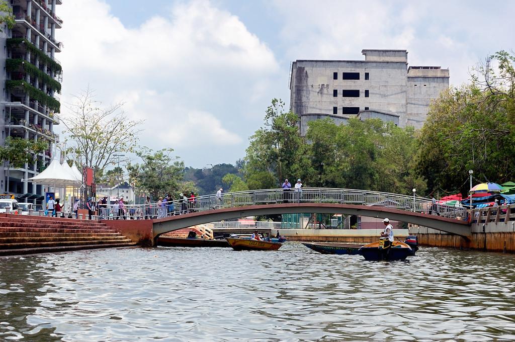 На реке в центре города