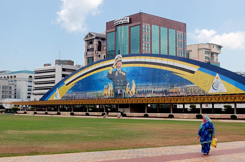 Стадион в центре города. На заднем плане - лучший друг брунейских физкультурников :)