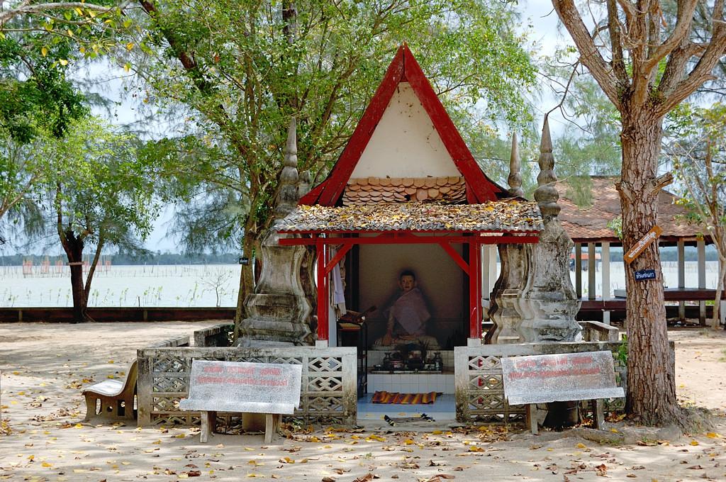 На острове Ко Ё кругом всякие буддийские постройки