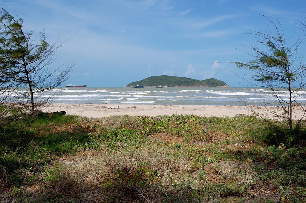 Выход на пляж в Сонгхла очень похож на Усть-Нарву