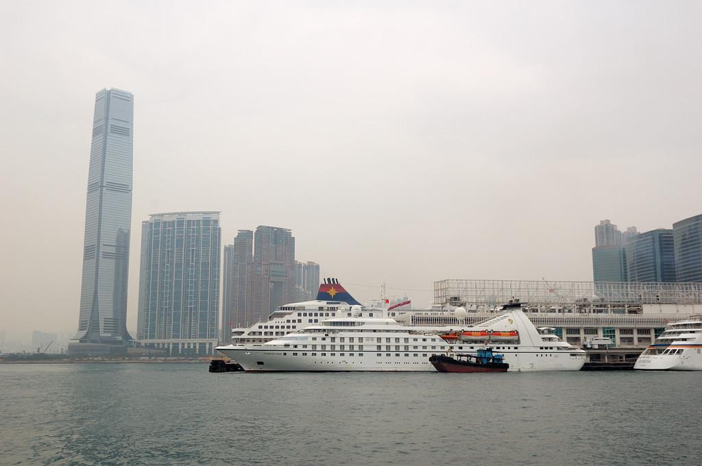 Вид на небоскребы Коулуна с парома Star Ferry