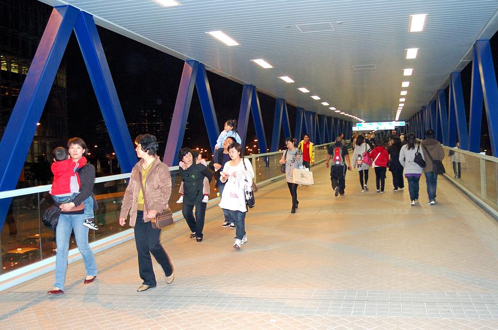 Крытая пешеходная эстакада заменяет в Гонконге тротуары