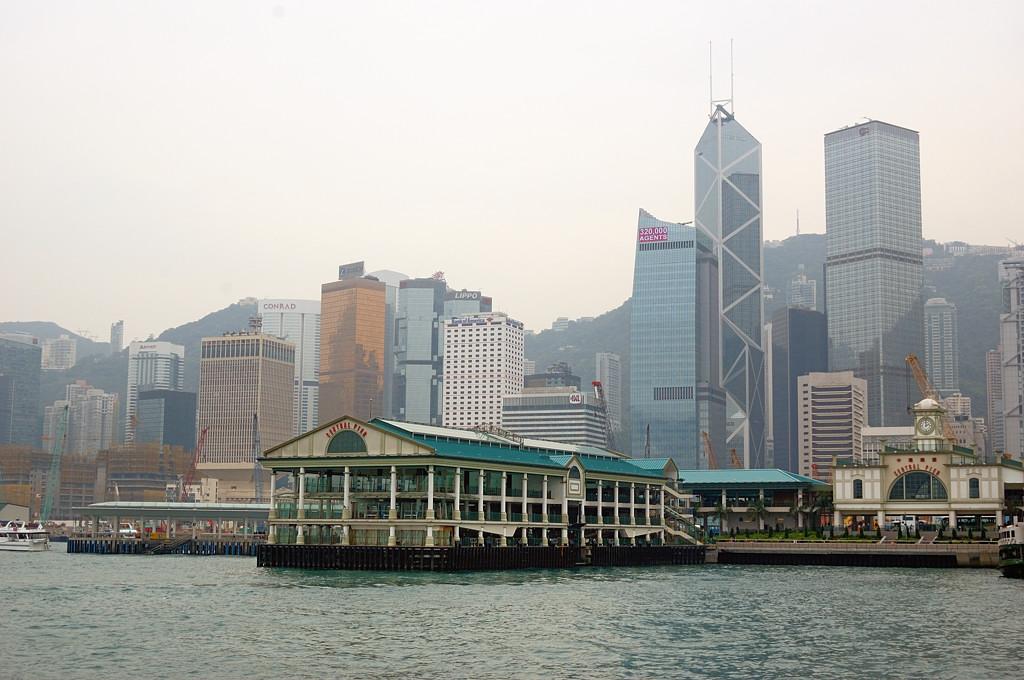 Вид на небоскребы Гонконга с парома Star Ferry