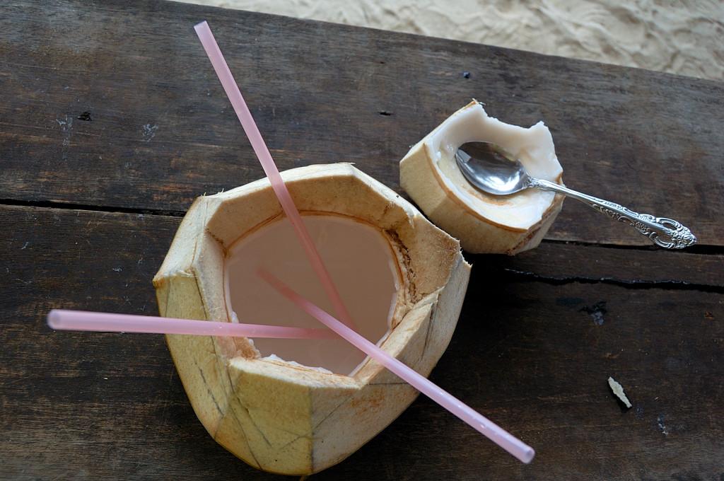 В деревне за 1 SGD купили кокос