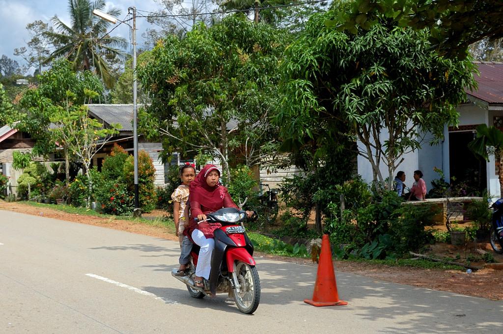 Основной транспорт в Индонезии - мотоцикл. На них ездят вдвоем, втроем и даже иногда вчетвером