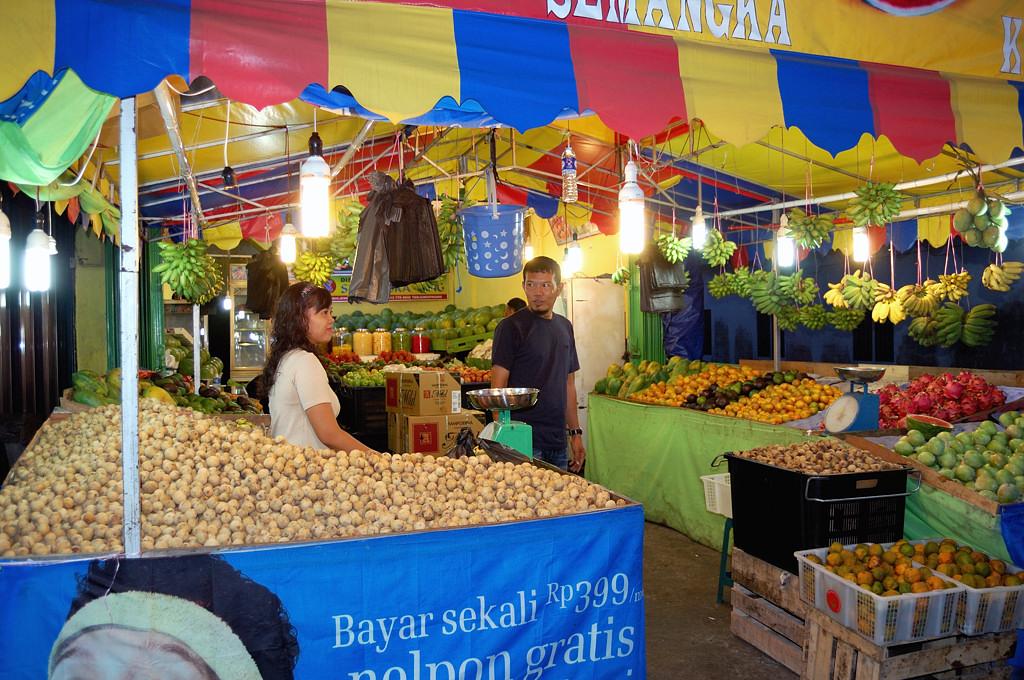 Город Tanjung Pinang. Покупаем фрукты