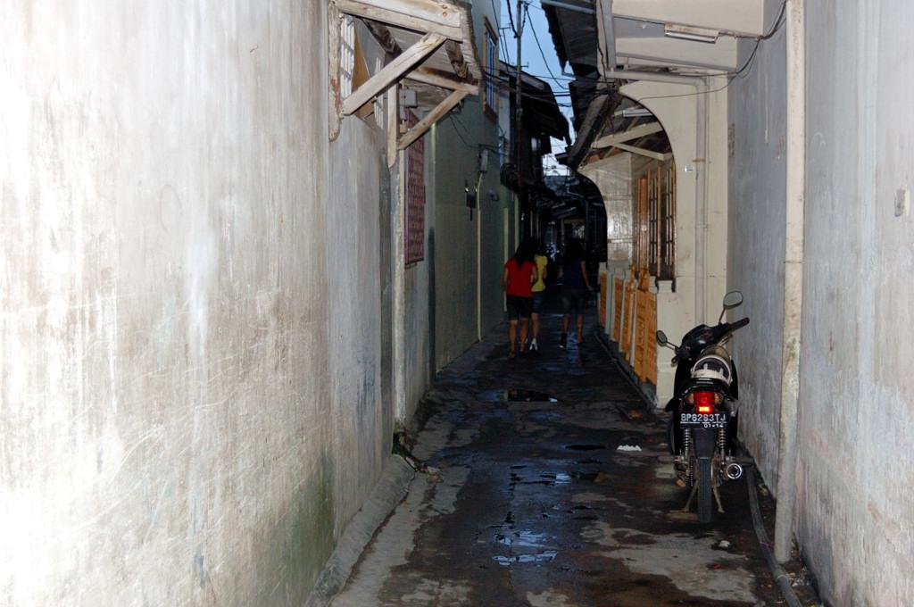 Город Tanjung Pinang. Узкие улочки старого города