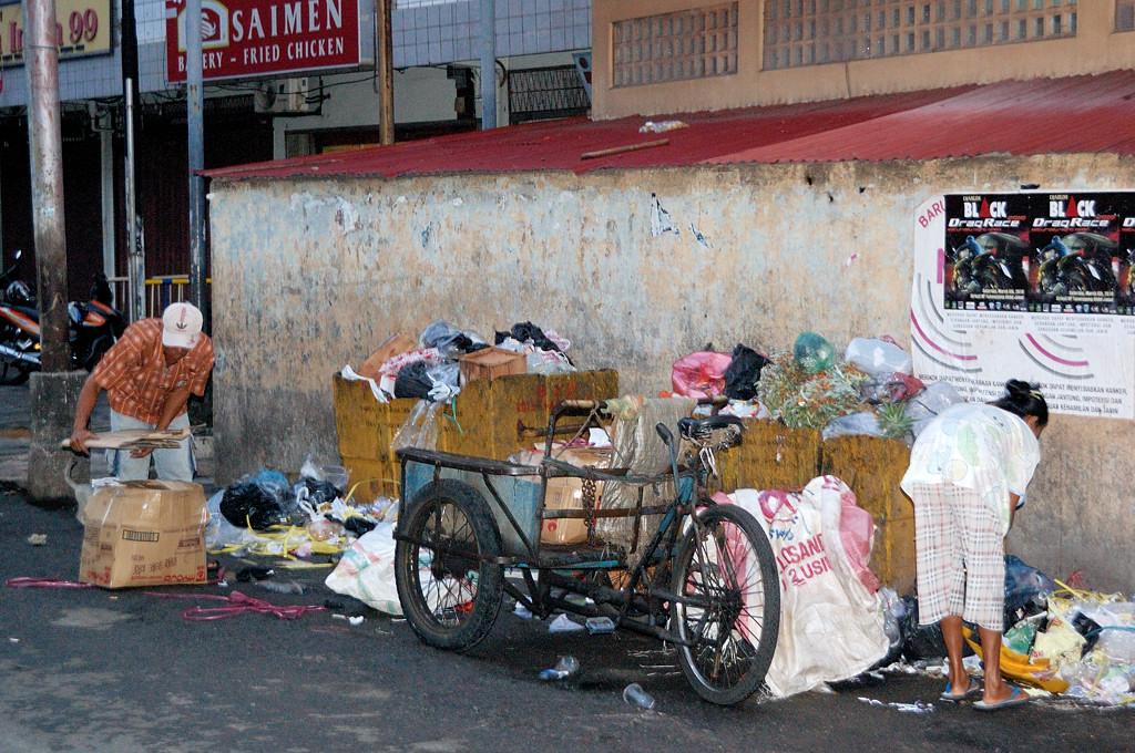 Город Tanjung Pinang. Помойка