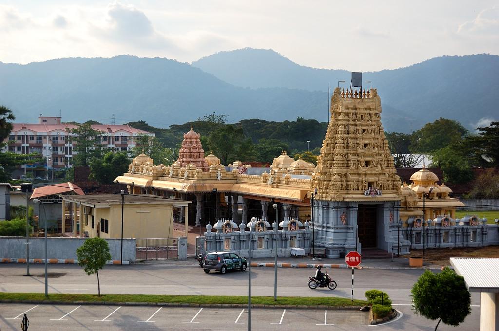 Индуистский храм рядом с вокзалом
