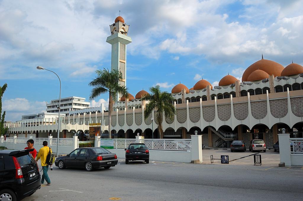 На площади у мечети