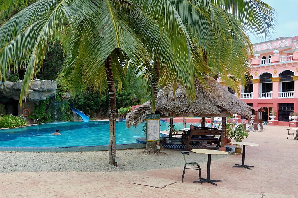 Бассейн в отеле Aceania