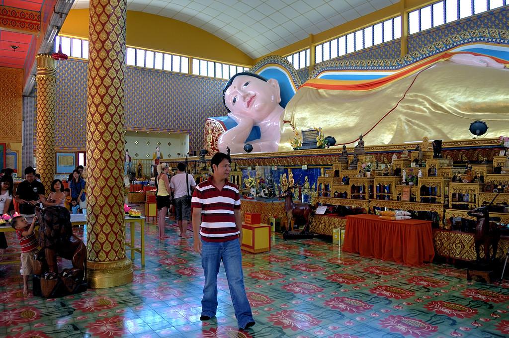 В тайском буддийском храме Wat Chayamangkalaram. Третий по величине Лежащий Будда
