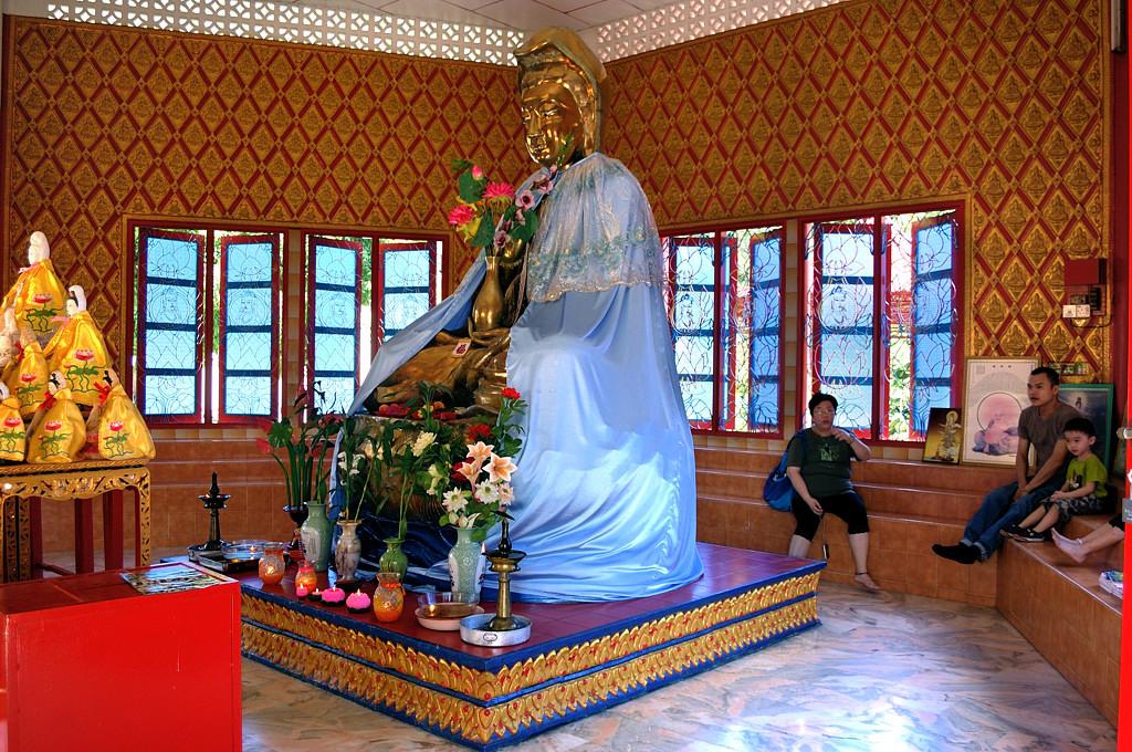 В тайском буддийском храме Wat Chayamangkalaram