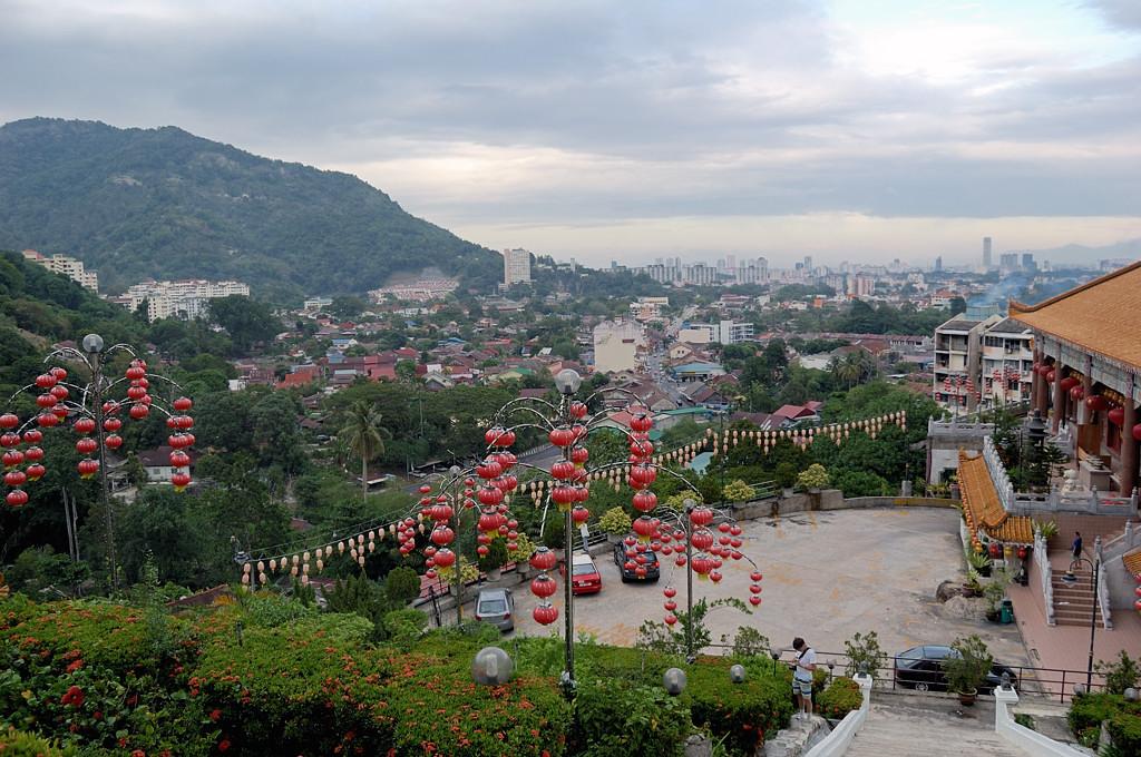 Вид на Джорджтаун от подножия храма Кек Лок Си