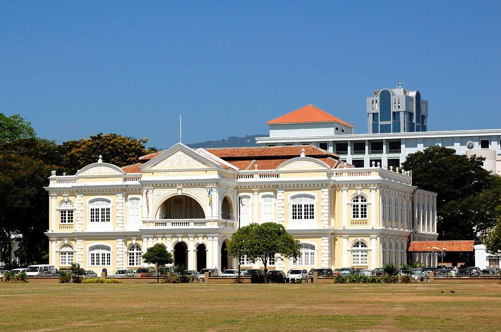 Здания английской колониальной администрации у непременного Паданга
