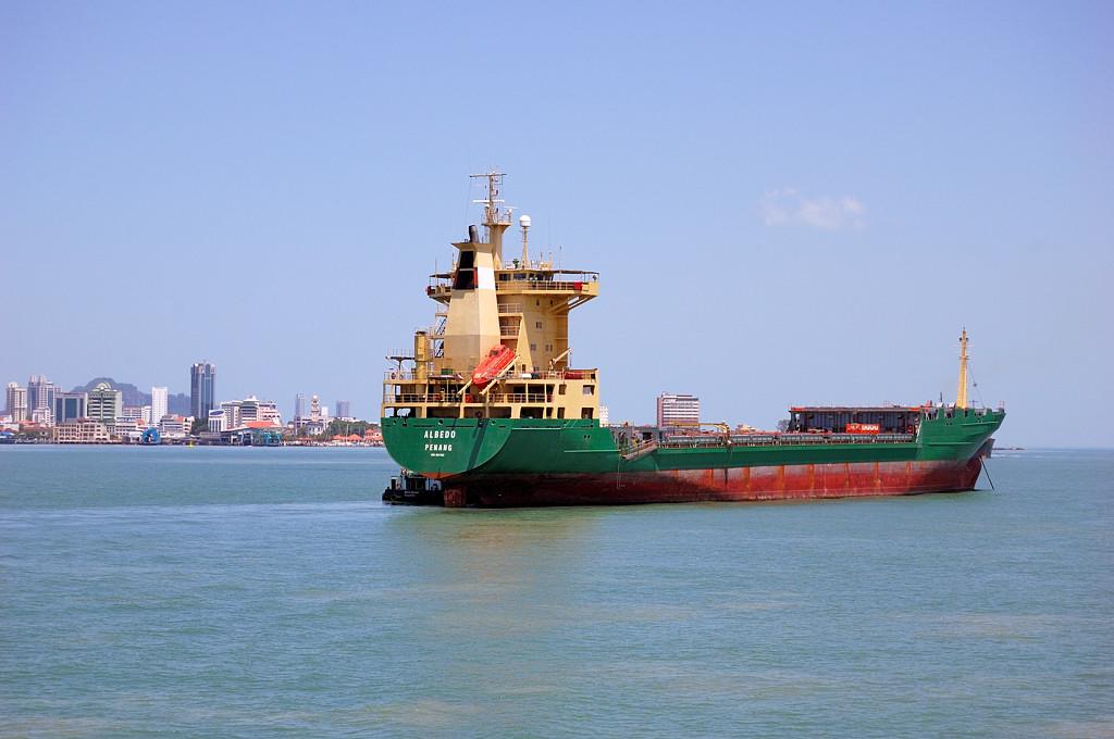 Корабль на фоне Джорджтауна
