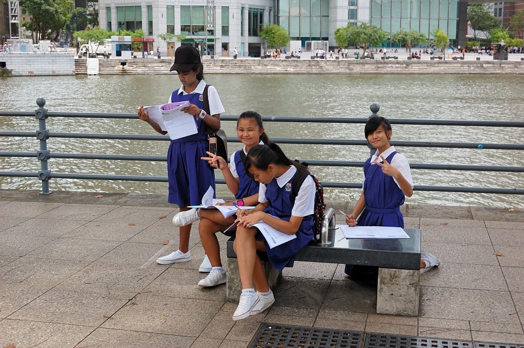 Школьницы - три китаянки и одна индианка