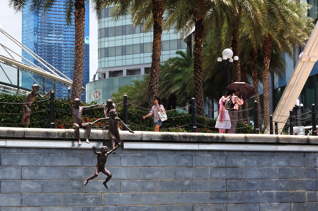 Оригинальные скульптуры на набережной