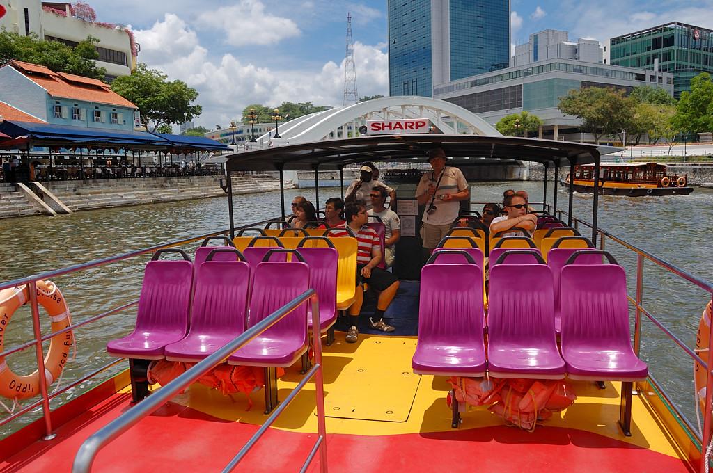 Катаемся на кораблике по речке Сингапурке