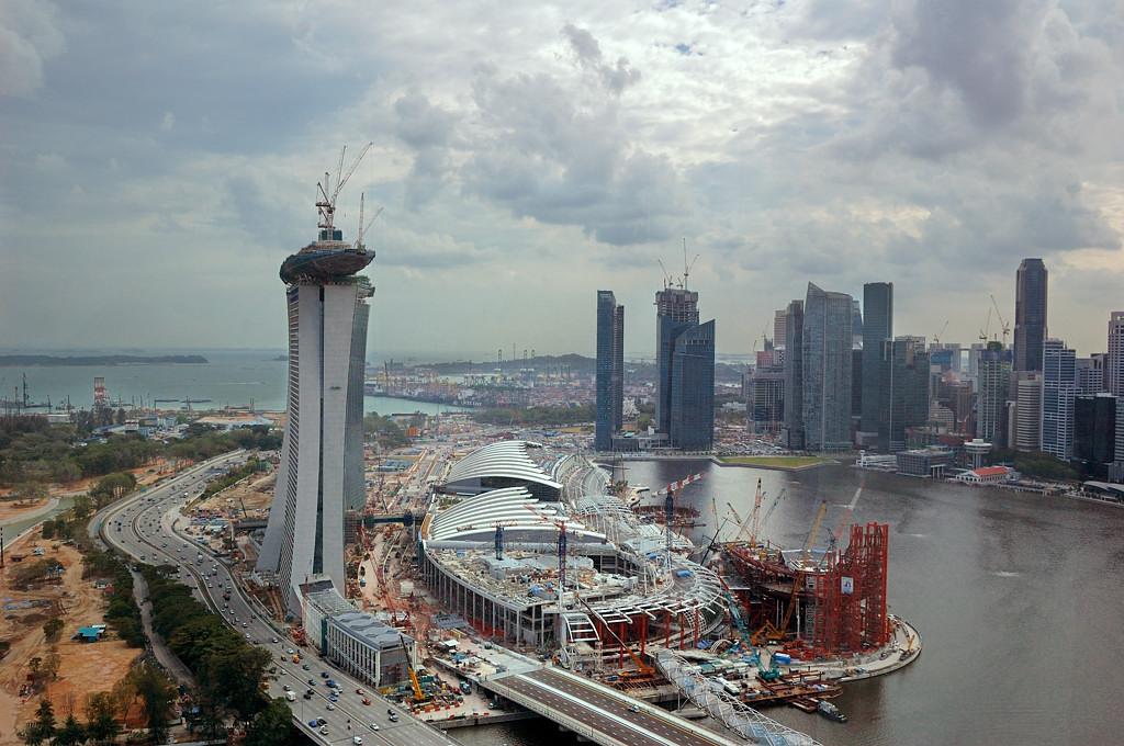 Вид с колеса обозрения на строительство Marina Bay Sands