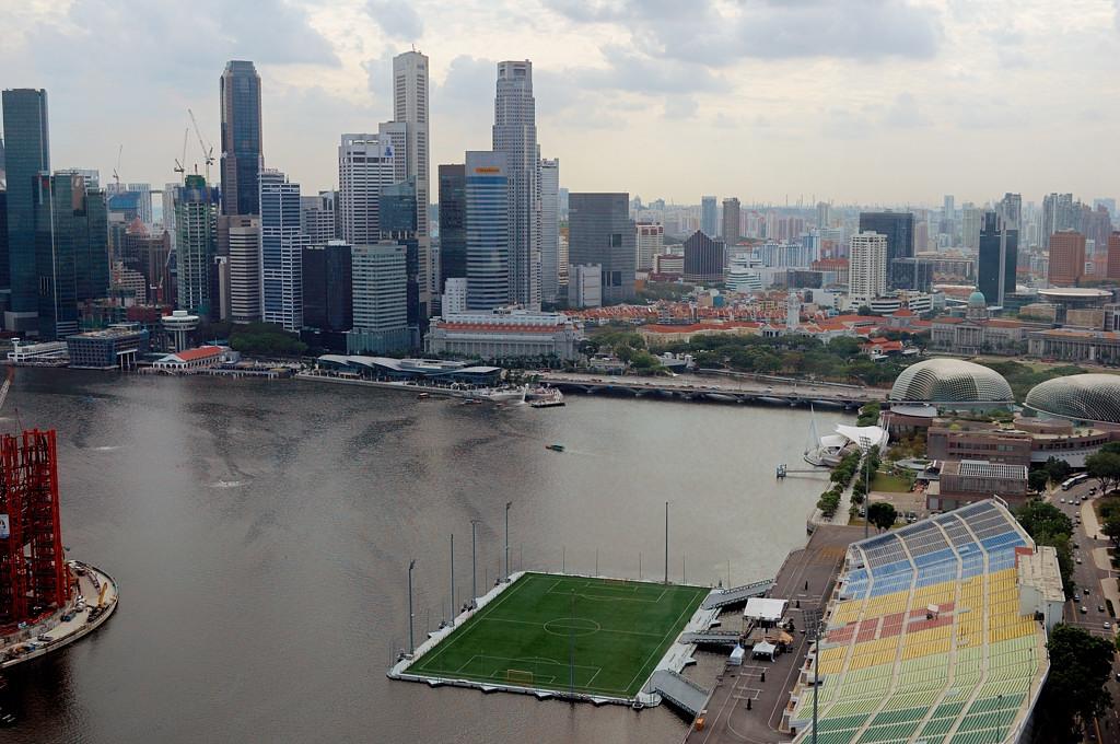 Вид с колеса на Даунтаун и плавучее футбольное поле