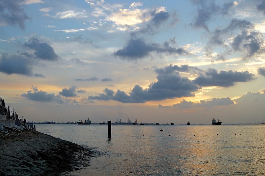 Песни моря на фоне нефтепереработки