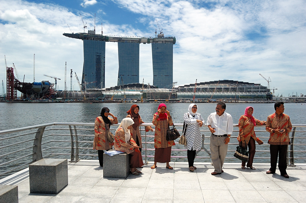 Туристы фотографируются у Мерлайона