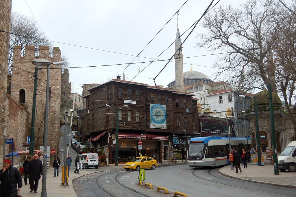 Стамбульский трамвай и аутентичное деревянное здание
