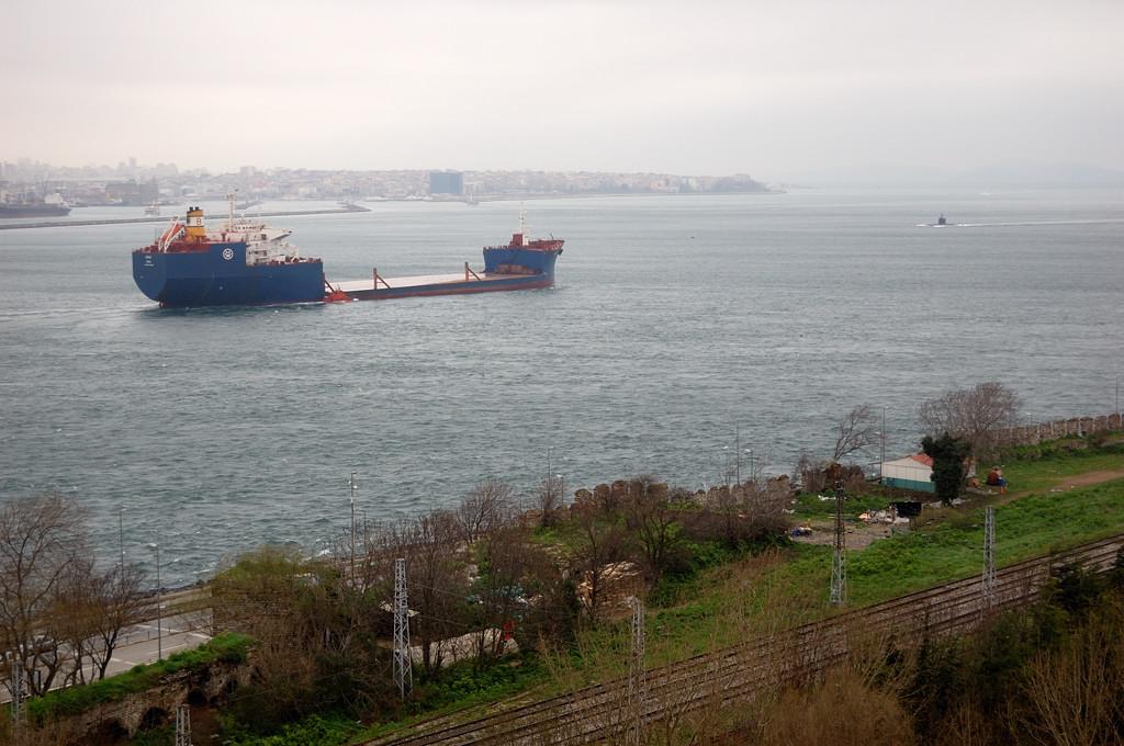 Вид на Босфор из дворца Топкапы. Обратите внимание на подлодку
