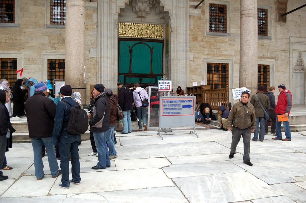 У входа в Голубую мечеть