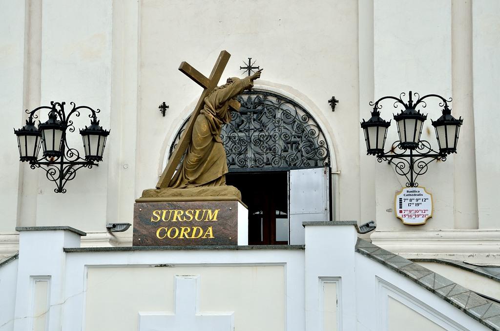 """Sursum Corda - """"Вознесем сердца"""", первые слова христианской литургии. Надпись у входа в костел Св. Франциска Ксавиера"""