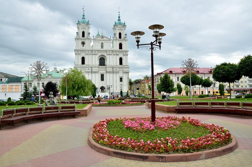 Сквер напротив костела. Кругом цветы и плиточка - прямо Европа :)