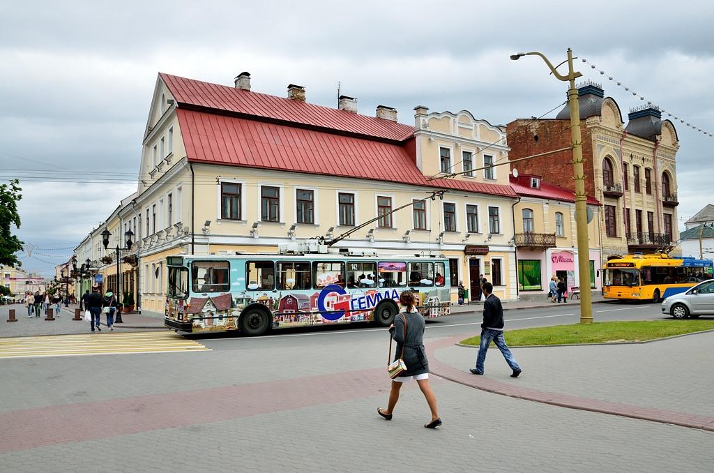От сквера начинается непременная для белорусских городов пешеходная улица. Называется, что характерно, Советская :)