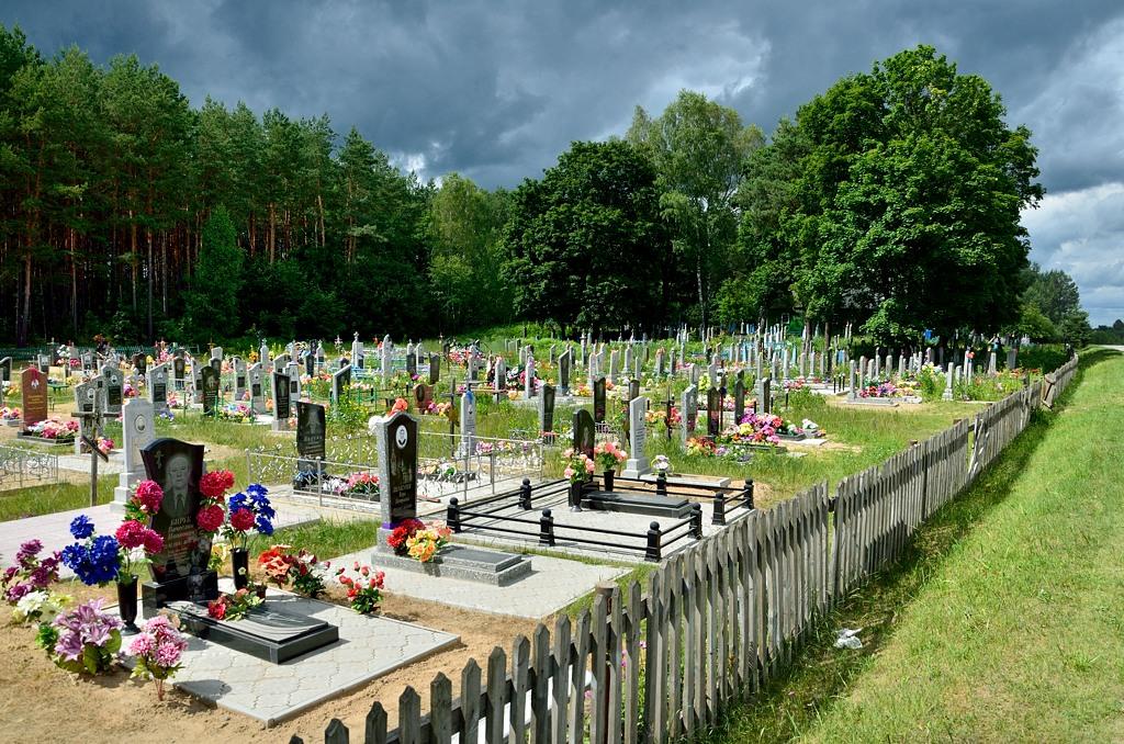 В Белоруссии неожиданно празднично оформлены кладбища. И все время не в лесу, как у нас в Эстонии, а на поляне.