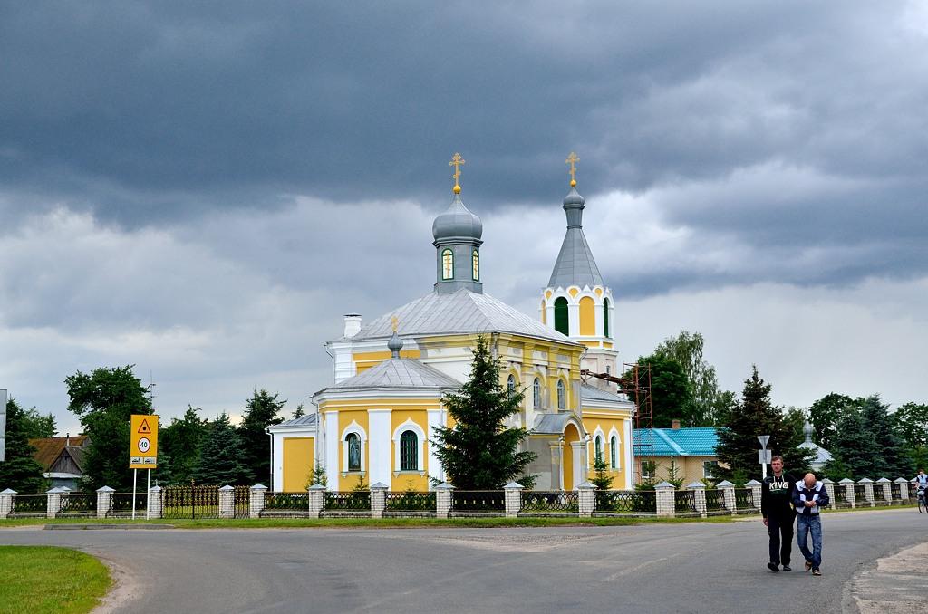 Николаевская церковь в селе Шерешёво. Зачем мы сюда заехали? Заправку искали. Нашли, но там не было 95-го бензина