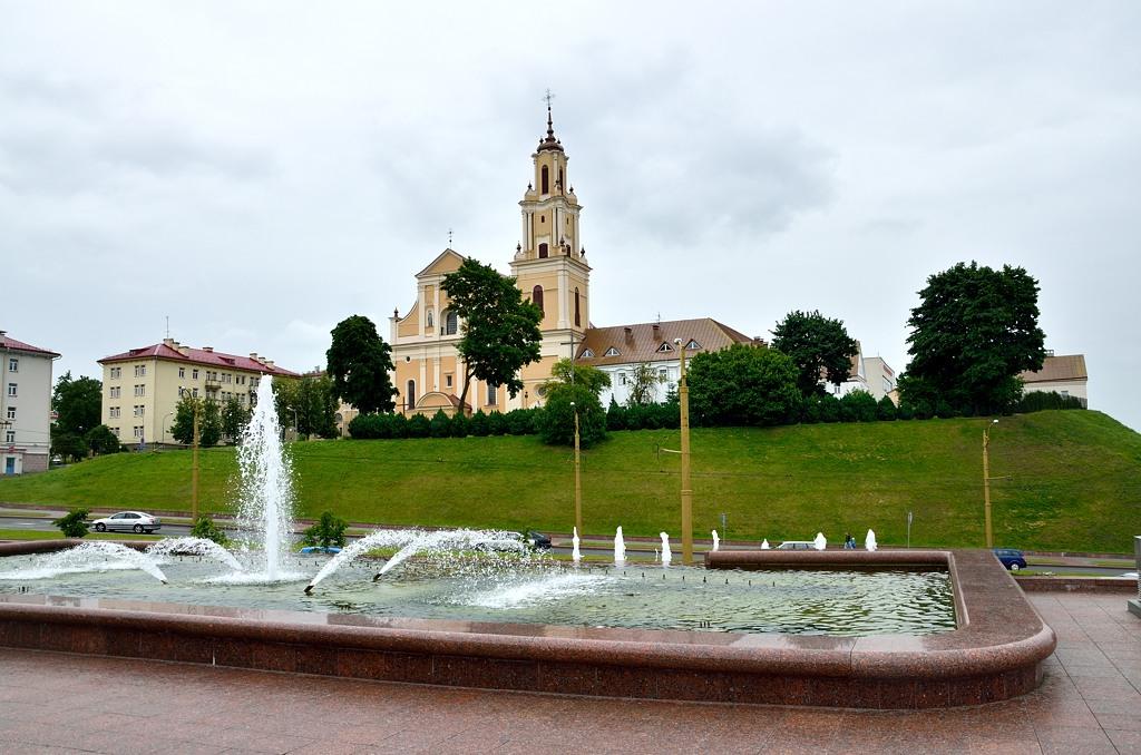 Католическая церковьи фонтан у театра