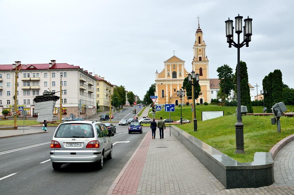 Центральный перекресток Гродно - католический костел и Т-34