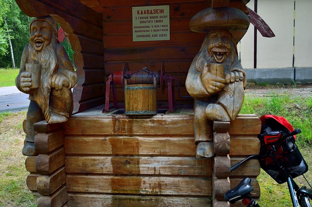 Калодзеж с гаючай вадою дауно забытага смаку. Построен в 1925-м году при поляках, обновлен в 2009-м