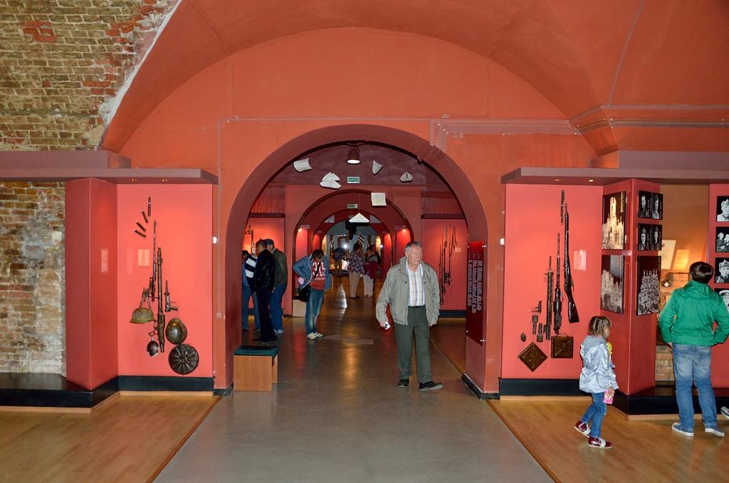 Для начала решили сходить в музей. Не сильно впечатляет, в основном фотографии бойцов, защищавших крепость