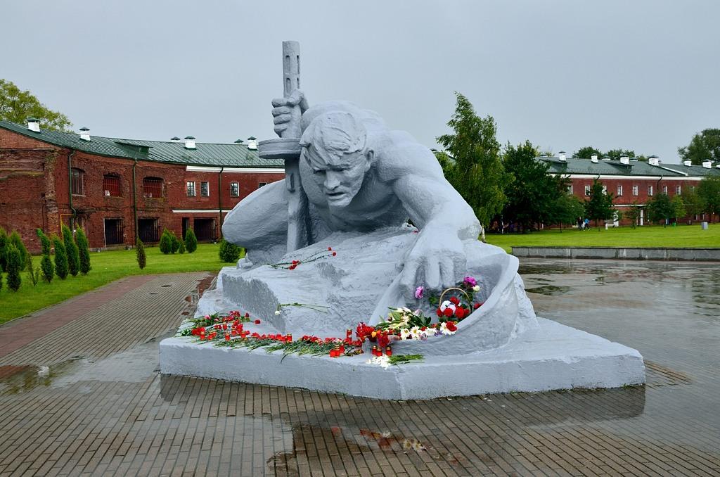 """Когда вышли, погода испортилась, пошел дождь. Памятник """"Жажда"""" (в пасмурную погоду)"""